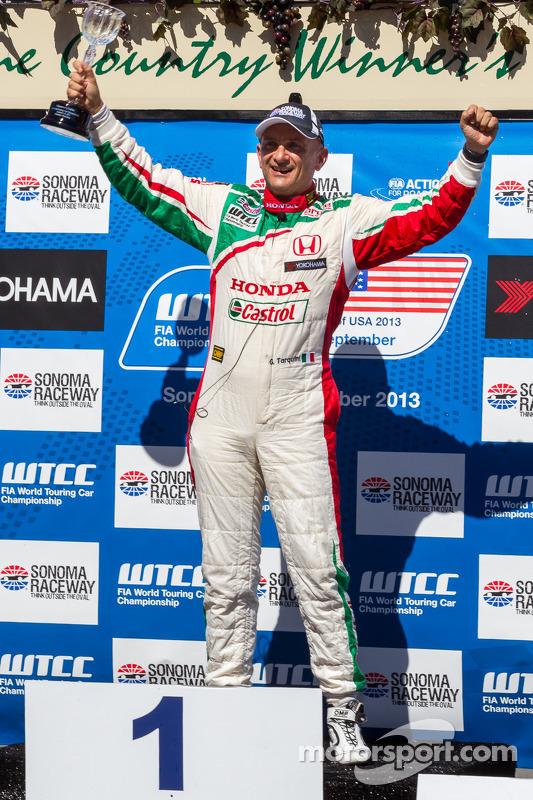 Gabriele Tarquini celebrando após vencer a corrida 2