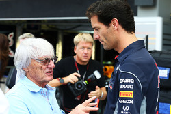 Bernie Ecclestone, CEO de Formula One Group, con Mark Webber del equipo Red Bull Racing