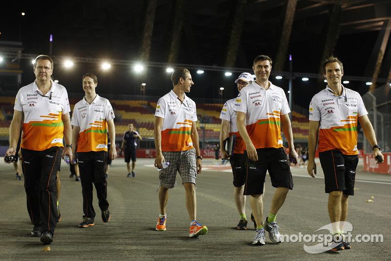 Adrian Sutil, Sahara Force India F1 loopt op het circuit met het team
