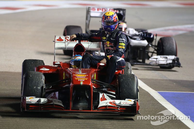 Singapur 2013: Fernando Alonso (Ferrari) lleva a Mark Webber (Red Bull)