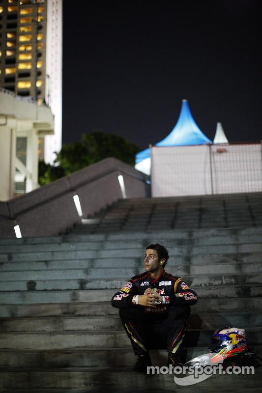 Daniel Ricciardo, Scuderia Toro Rosso, se retira da corrida