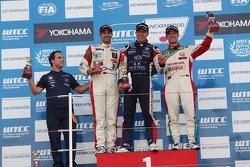 1st position Tom Coronel, BMW E90 320 TC, ROAL Motorsport, Mehdi Bennani, BMW E90 320 TC, Proteam Racing and 3rd position Tiago Monteiro, Honda Civic Super 2000 TC, Honda Racing Team Jas