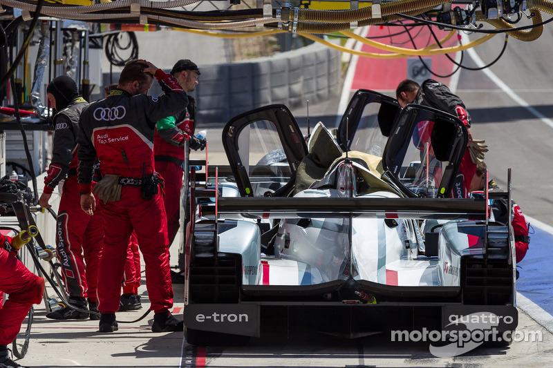 Audi R18s laat in de pits voor de kwalificatie