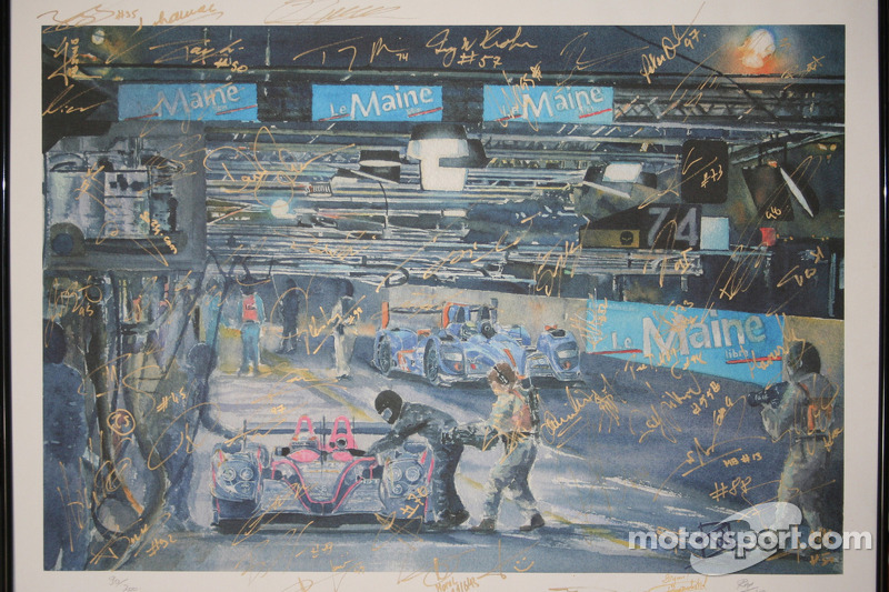 Een kunstwerk, gesigneerd door alle coureurs van Aston Martin en Corvette Racing bij de 24 uur van Le Mans in 2013