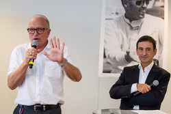 Amerikaanse coureurs bij het Le Mans-evenement: Corvette Racing Doug Fehan en ACO President François Fillon maken Dick Thompson onderdeel van de Le Mans Drivers Hall of Fame