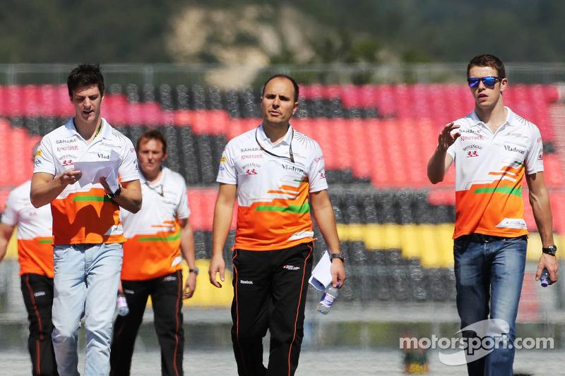(L naar R): James Calado, Derde rijder Sahara Force India loopt op het circuit met Gianpiero Lambias