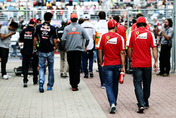 (L naar R): Felipe Massa, Ferrari met teamgenoot Fernando Alonso, Ferrari bij de rijdersparade