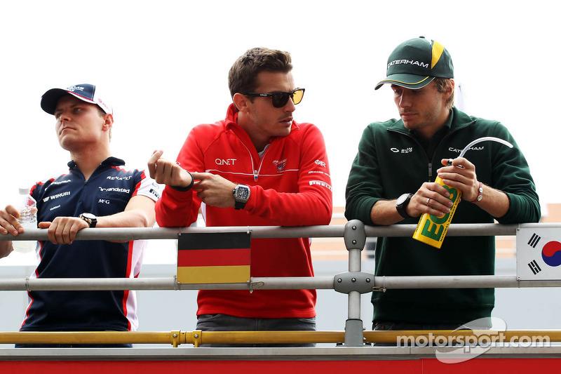 (L naar R): Valtteri Bottas, Williams met Jules Bianchi, Marussia F1 Team en Charles Pic, Caterham bij de rijdersparade
