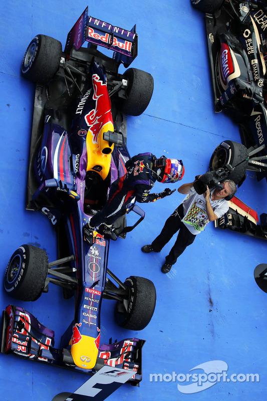 O vencedor Sebastian Vettel, Red Bull Racing RB9 comemora no parque fechado