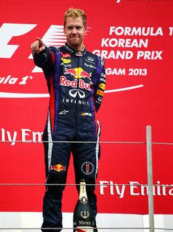 O vencedor Sebastian Vettel, Red Bull Racing comemora no pódio