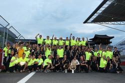 O vencedor Sebastian Vettel, Red Bull Racing comemora com a equipe