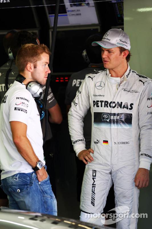 (Da esquerda para direita): Sam Bird, piloto de testes da Mercedes AMG F1, com Nico Rosberg, Mercedes AMG F1