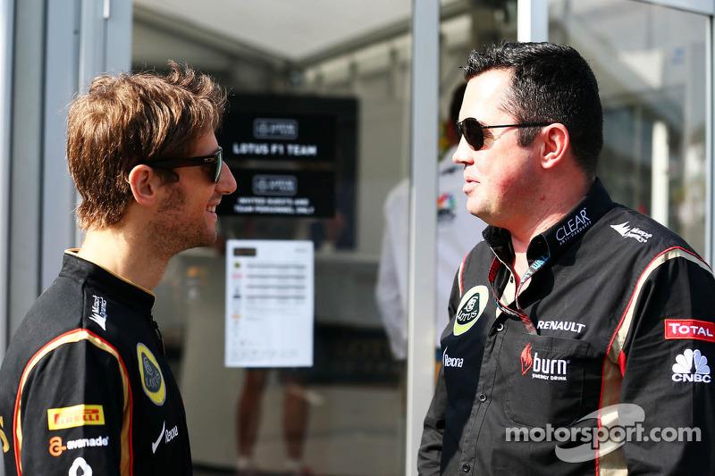 (L naar R): Romain Grosjean, Lotus F1 Team met Eric Boullier, Teambaas Lotus F1