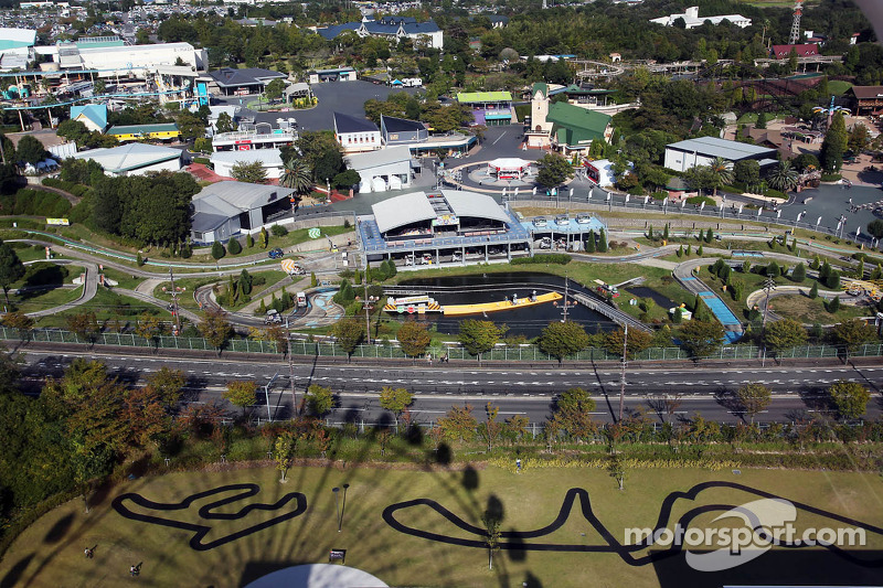 Een luchtfoto van het circuit en het omliggende gebied