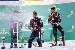 Mark Webber, Red Bull Racing comemora sua segunda posição no pódio, com vencedor Sebastian Vettel, Red Bull Racing, e terceiro colocado Romain Grosjean, Lotus F1 Team (direita)