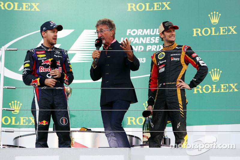 (L naar R): racewinnaar Sebastian Vettel, Red Bull Racing op het podium met Eddie Jordan, BBC-expert