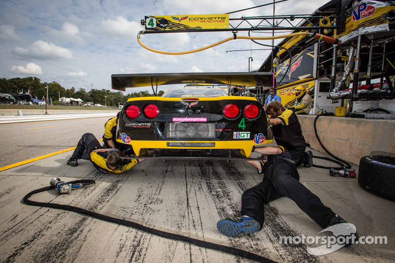 Corvette Racing teamleden aan het werk