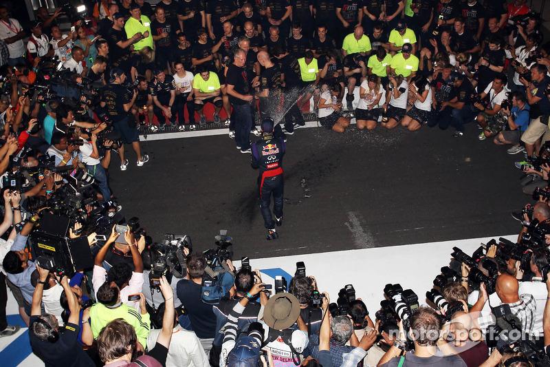 Переможець гонки та чемпіон світу Себастьян Феттель, Red Bull Racing святкує четвертий титул з командою