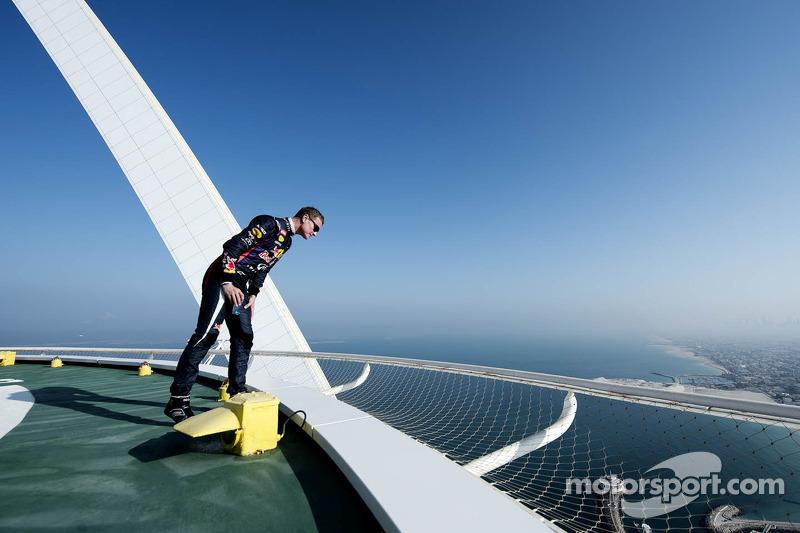 David Coulthard checkt de hoogte van het Burj Al Arab helipad