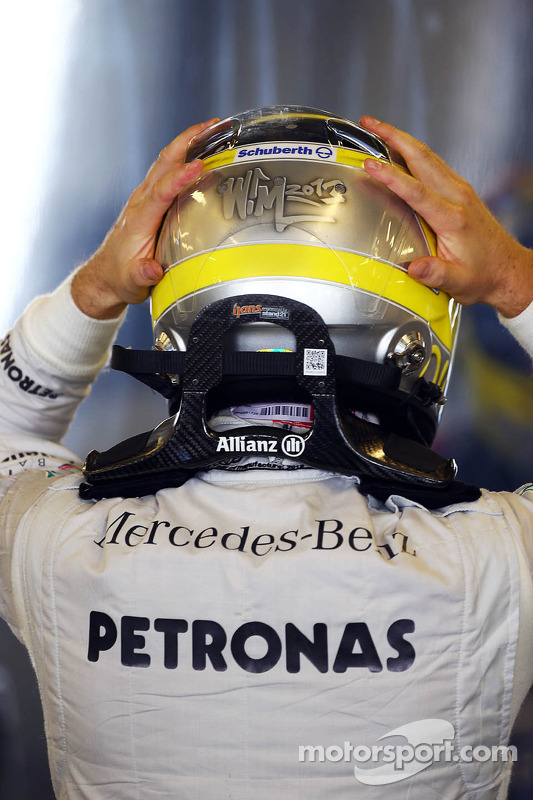 Nico Rosberg, Mercedes AMG F1 HANS device e capacete