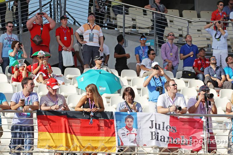 Banner voor Jules Bianchi, Marussia F1 Team op de tribune