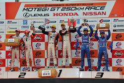 GT300 pódio: vencedores da corrida Katsuyuki Hiranaka, Bjorn Wirdheim, segundo colocado Hideki Mutoh