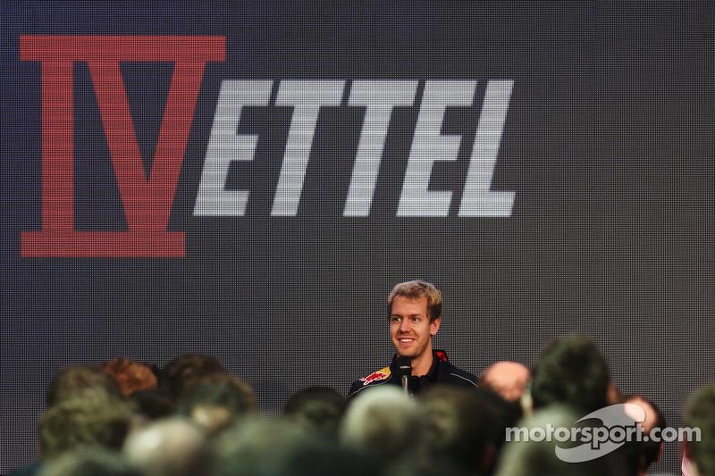 2013 Wereldkampioen Sebastian Vettel bezoekt de Red Bull-fabriek in Milton Keynes