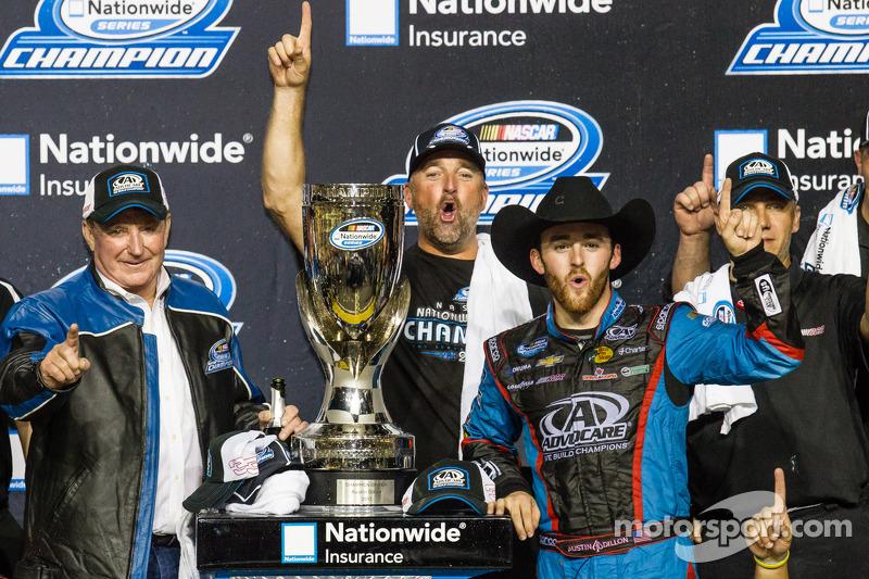 Championship victory lane: NASCAR Nationwide Series 2013 kampioen Austin Dillon viert feest met Rich