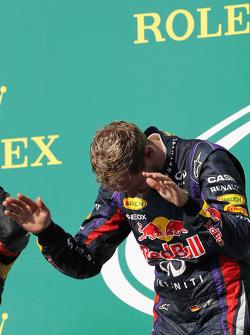 Podio: ganador de la carrera Sebastian Vettel, Red Bull Racing celebra
