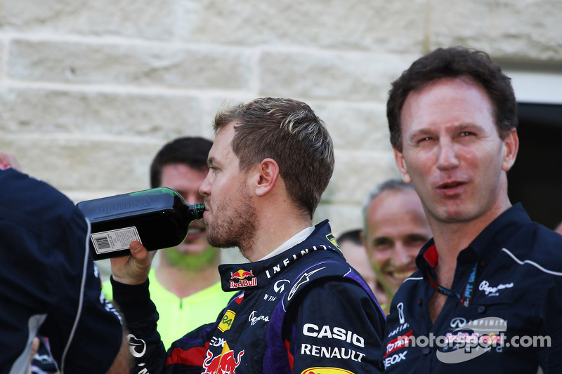 (L naar R): Sebastian Vettel, Red Bull Racing met een fles Jagermeister en Christian Horner, Teambaa