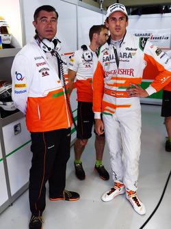 (L naar R): Bradley Joyce, Sahara Force India F1 Race Engineer met Adrian Sutil, Sahara Force India F1