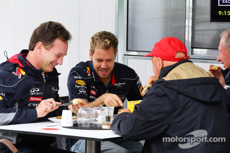 (L naar R): Christian Horner, Teambaas Red Bull Racing ontbijt met Sebastian Vettel, Red Bull Racing
