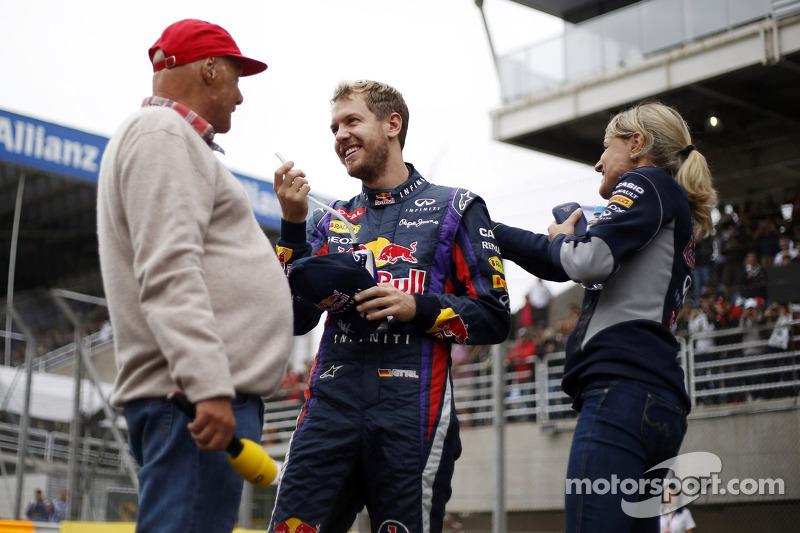 (L naar R): Niki Lauda, Mercedes Non-Executive Chairman met Sebastian Vettel, Red Bull Racing en Bri
