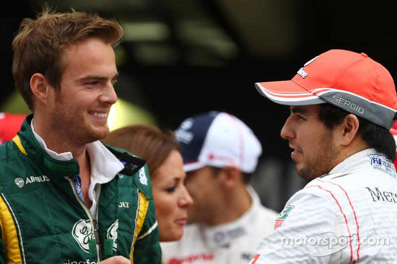 (L naar R): Giedo van der Garde, Caterham F1 Team en Sergio Perez, McLaren bij de rijdersparade