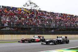 Sergio Perez, McLaren MP4-28 y Valtteri Bottas, Williams FW35 luchan por la posición