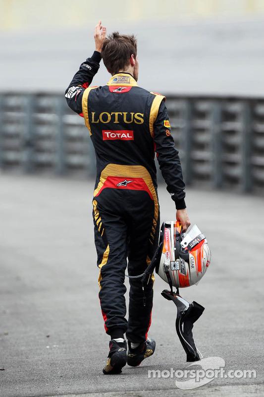 Romain Grosjean, Lotus F1 Team caminha de volta aos pits após abandaonar prova com a motor estourado