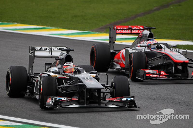 (L naar R): Nico Hulkenberg, Sauber C32 en Jenson Button, McLaren MP4-28 strijden om een plek