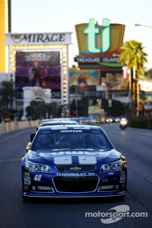 Jimmie Johnson conduz durante a volta da vitória da NASCAR