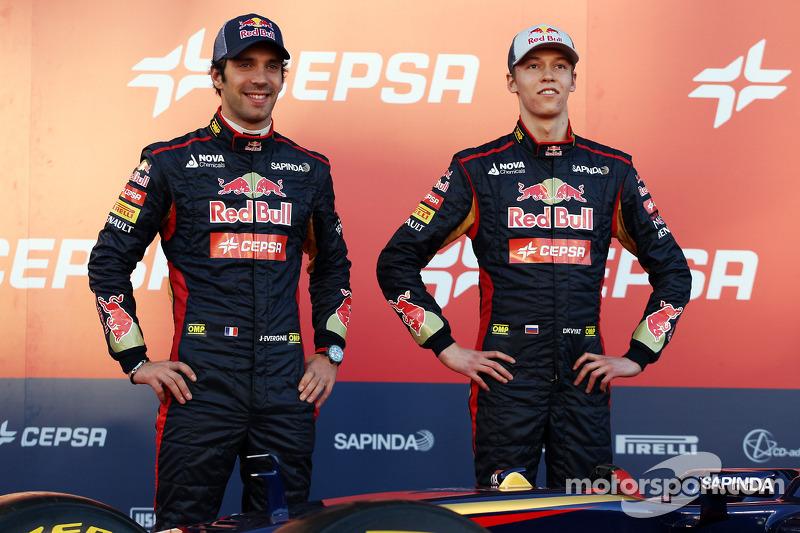 (Da sinistra a destra): Jean-Eric Vergne, Scuderia Toro Rosso con il compagno di squadra Daniil Kvya