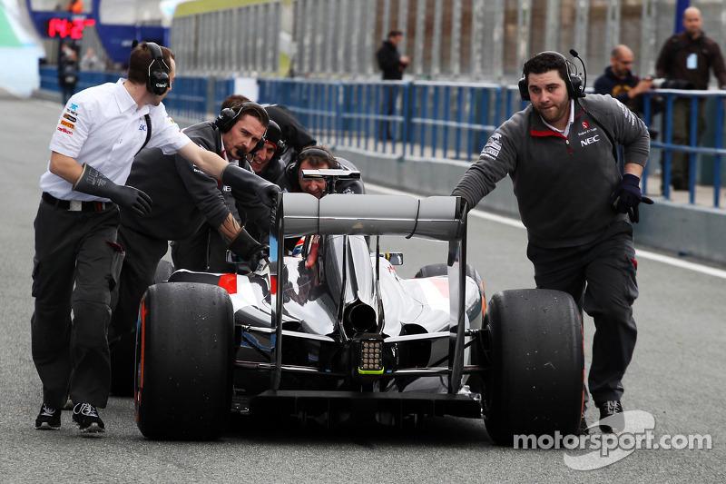 Esteban Gutierrez, Sauber C33 pit alanında itiliyor