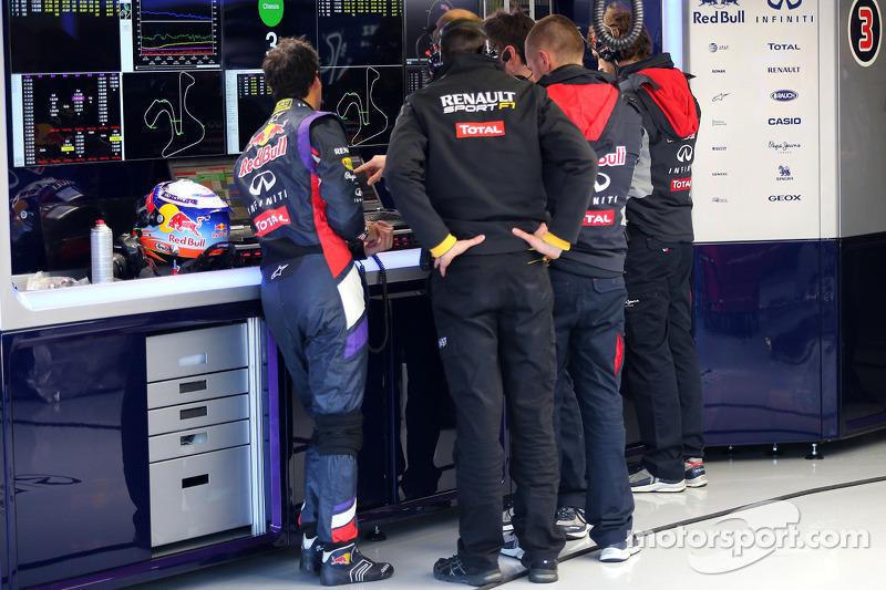 Daniel Ricciardo, Red Bull Racing ve Renault Sport mühendisi konuşuyor