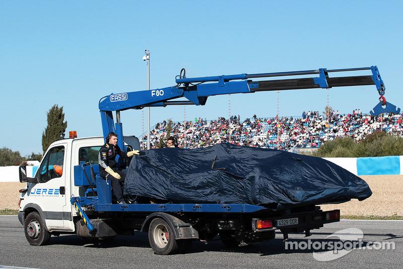 La Red Bull Racing RB10 di Daniel Ricciardo, Red Bull Racing viene portata di nuovo ai box sul retro
