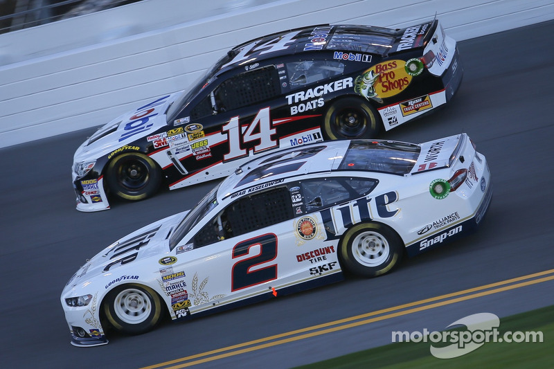 Tony Stewart, Stewart-Haas Racing Chevrolet e Brad Keselowski, Penske Ford