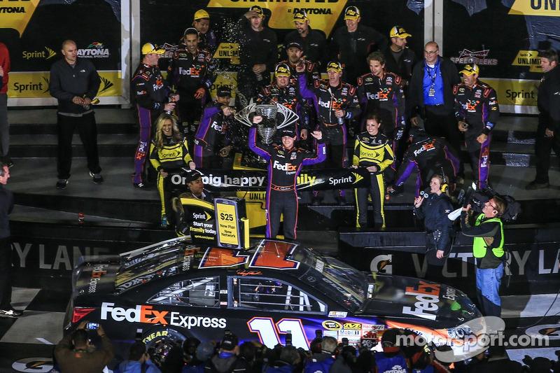 Denny Hamlin, Joe Gibbs Racing Toyota kutlama yapıyor