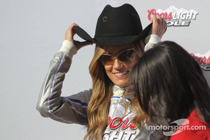Coors Light kızları Austin Dillon'un şapkasını deniyor
