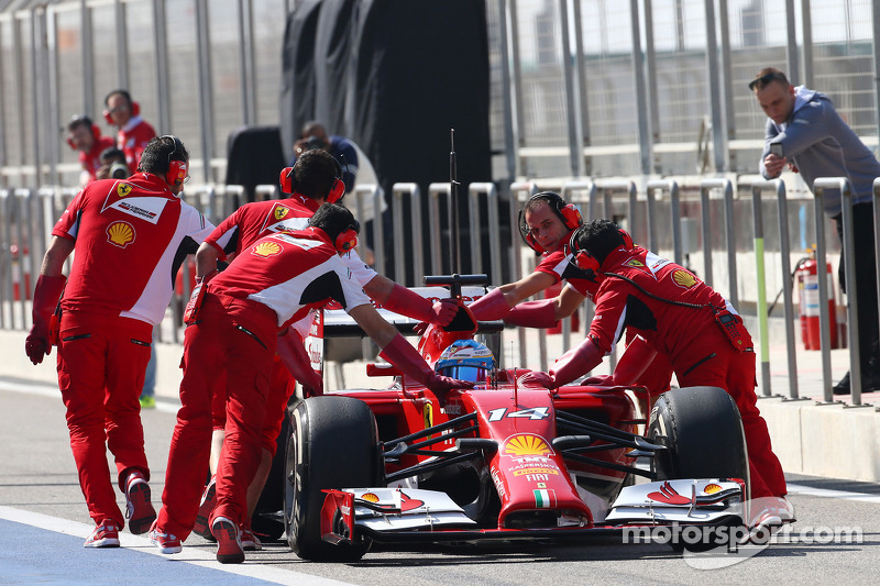 Fernando Alonso, Ferrari F14-T pushed back by mechanics in the pits