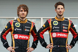 (L to R): Charles Pic, with Romain Grosjean, Lotus F1 Team as the F1 E22 is officially unveiled