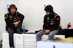 (Da sinistra a destra): Charles Pic, Lotus F1 Team terzo pilota con Nicolas Prost, Lotus F1 Tester
