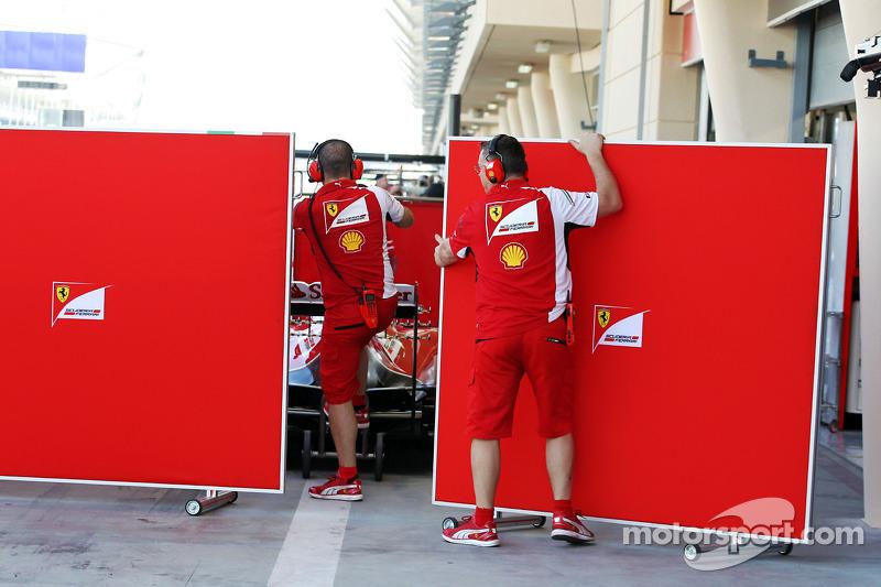Ferrari Kimi Raikkonen'in aracını koruyor