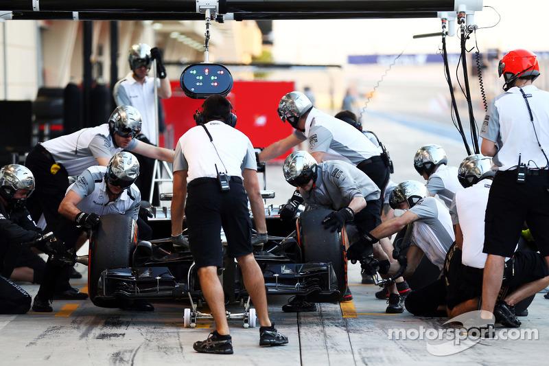Jenson Button, McLaren MP4-29 pratica un pit stop